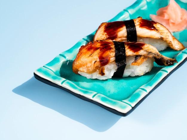 Assiette de sushi bleu sur fond bleu