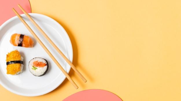 Assiette avec sushi et copie-espace