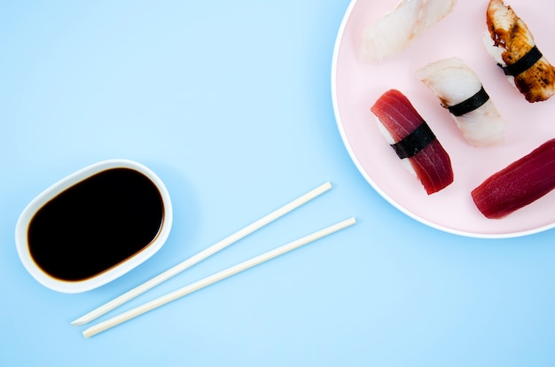 Une assiette à sushi sur fond bleu
