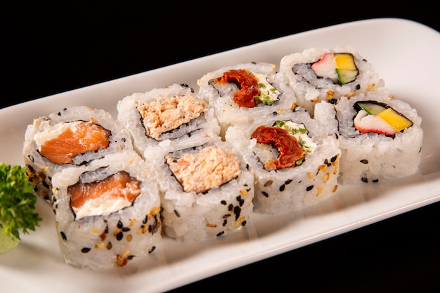 Assiette de sushi sur fond noir
