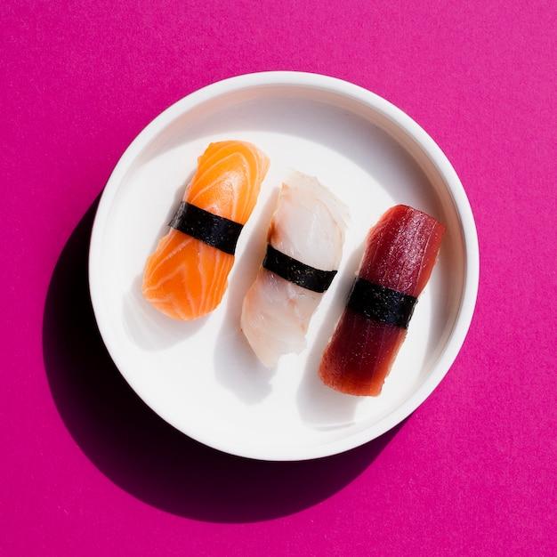 Assiette de sushi sur fond rose