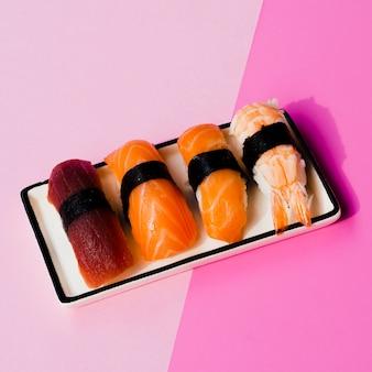 Assiette de sushi sur un fond de rose