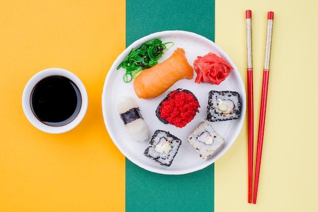 Assiette avec sushi et souce à côté