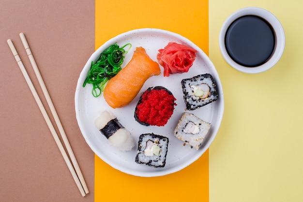 Assiette avec sushi et souce sur table