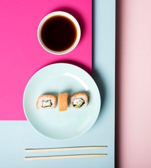 Assiette de sushi vue de dessus et sauce soja