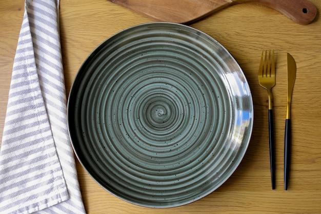 Assiette sur la table assiette vide avec des couverts sur la table fourchette couteau assiette couverts sur la table concept de régime table vide table avec une assiette vide