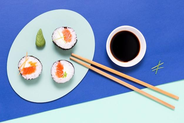 Assiette sur table avec sushi