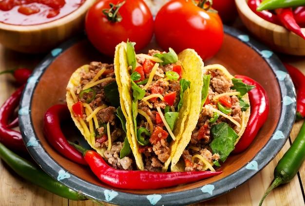 Assiette de tacos sur table en bois