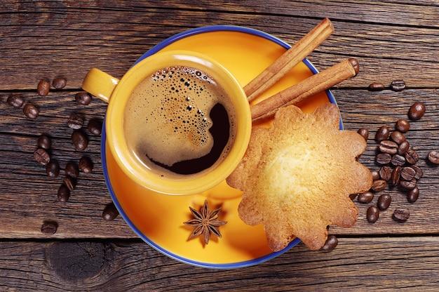 Assiette avec tasse à café et cupcake sur une vieille table en bois. vue de dessus