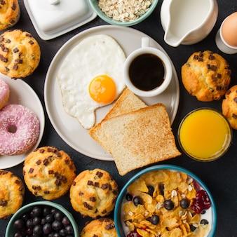 Assiette avec toasts et œuf au plat