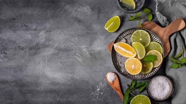 Assiette avec tranches de citron vert et citron à plat