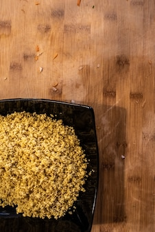 Assiette avec trempage des graines de mil.