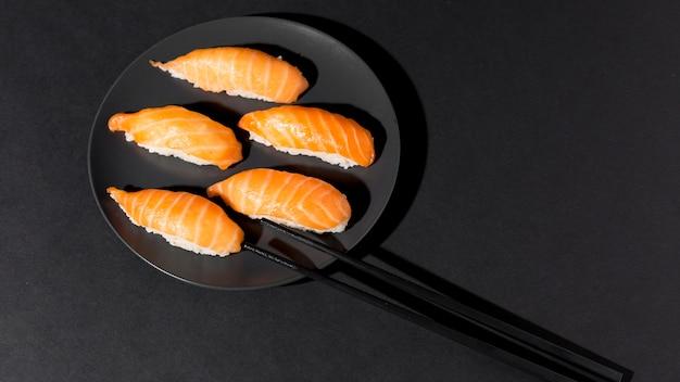 Assiette avec variété fraîche de sushi