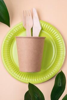 Assiette Verte De Vaisselle Jetable écologique Photo gratuit