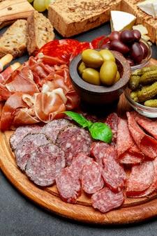 Assiette de viande froide avec salami, saucisse chorizo et jambon prosciutto