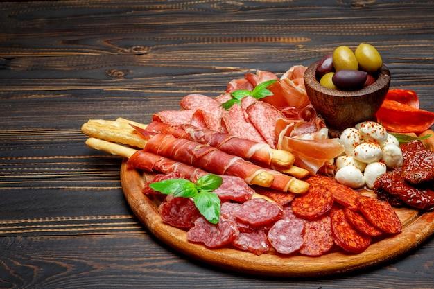 Assiette de viande et fromage avec saucisse salami, chorizo, parme et mozzarella