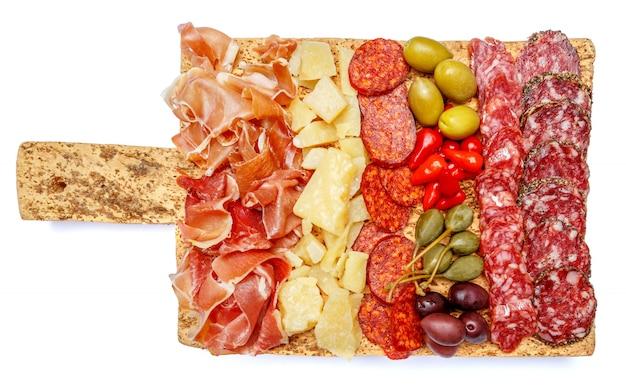 Assiette de viande et fromage avec saucisse salami, chorizo, parme et parmesan