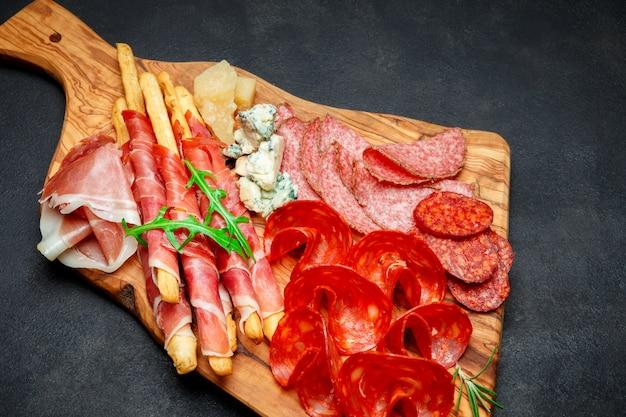 Assiette de viande fumée à froid avec côtelettes de porc, jambon, salami et bâtonnets de pain