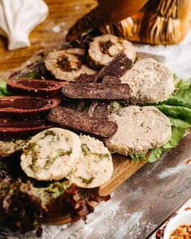Assiette de viande géorgienne sur la table