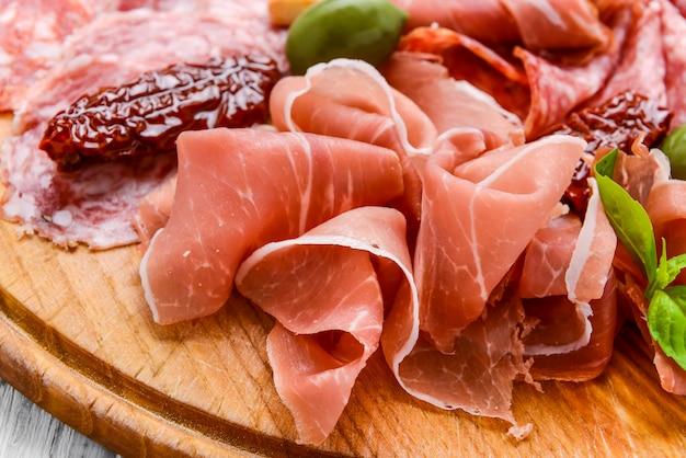 Assiette de viande avec saucisse salami, chorizo, parme
