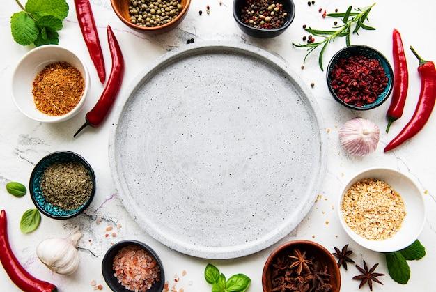 Assiette vide et cadre d'épices
