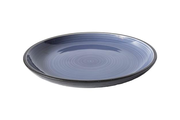 Assiette vide en céramique ronde bleu foncé placée isolée sur fond blanc, maquette pour un plat de restaurant., vue de face, partie de détourage