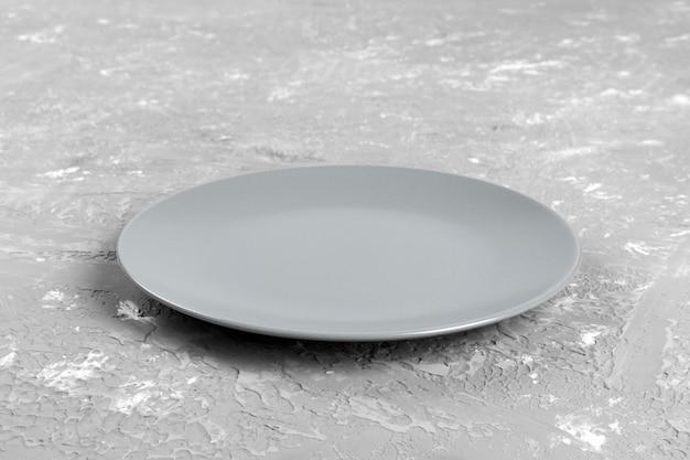 Assiette vide sur ciment. vue de perspective