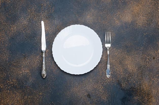 Assiette vide avec couteau et fourchette