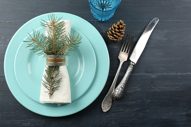 Assiette vide, couverts, serviette et verre sur fond de bois rustique. concept de réglage de table de noël