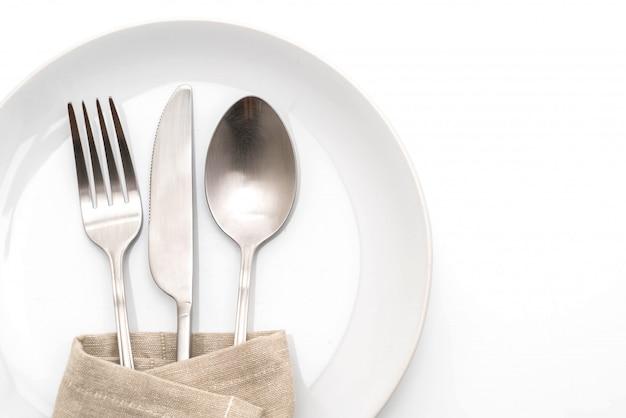 Assiette vide cuillère fourchette et couteau