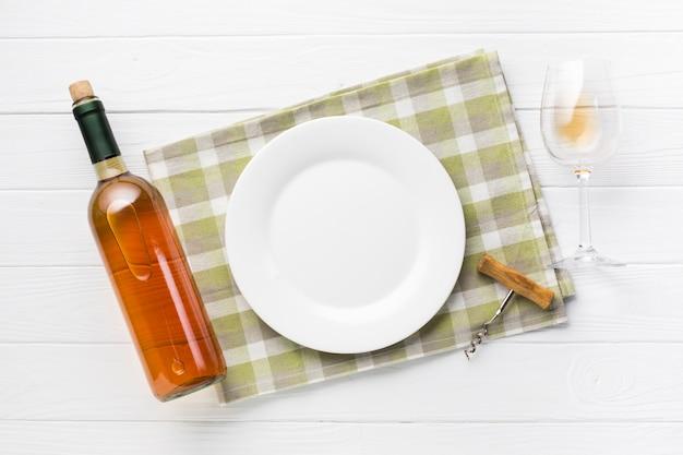 Assiette vide avec du vin de cognac