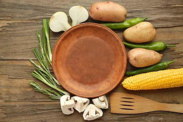 Assiette vide avec des légumes sur table