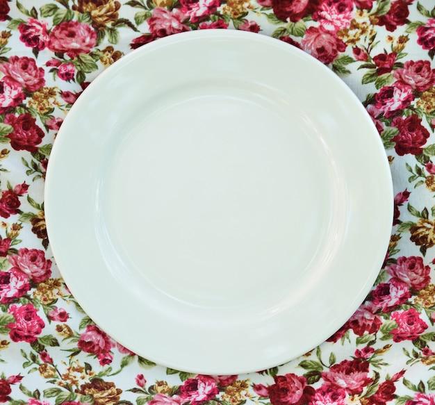 Assiette vide à la nappe classique.