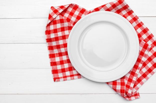 Assiette vide et serviette