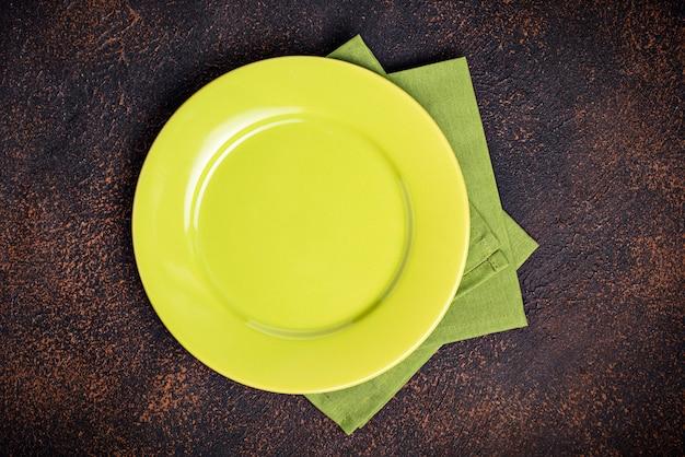 Assiette vide sur une table en béton