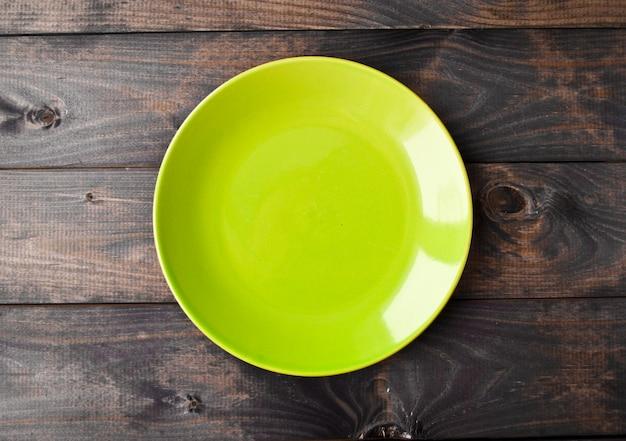 Assiette vide sur une table en bois. vue de dessus