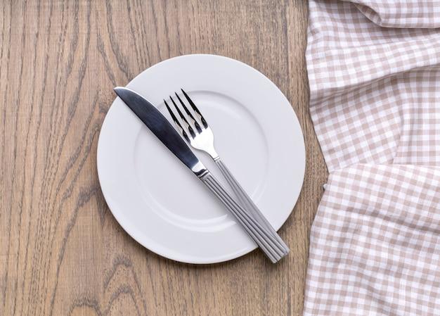 Assiette vide sur table en bois