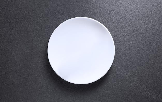 Assiette vide sur table grise, vue du dessus