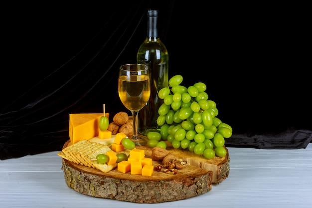 Assiette de vin et assortiment de fruits avec des fruits