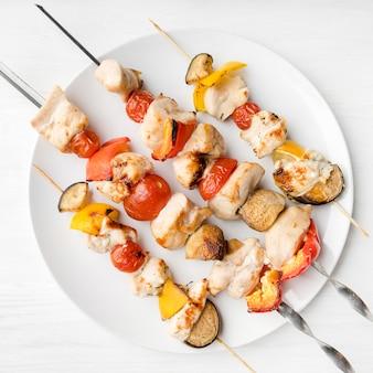 Assiette vue de dessus avec brochettes de poulet grillé