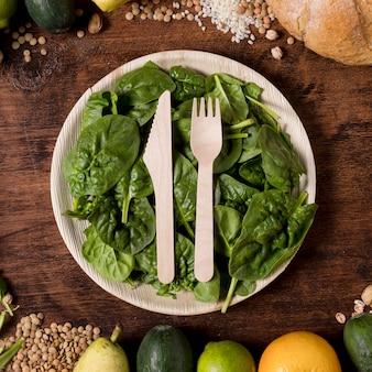 Assiette vue de dessus avec feuilles d'épinards