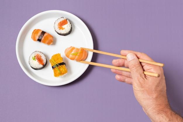 Assiette vue de dessus avec sushi