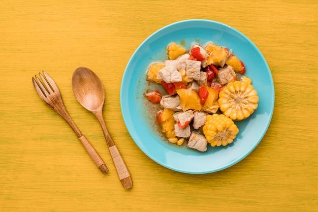 Assiette vue de dessus avec viande et maïs