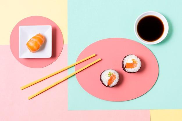 Assiettes à angle élevé avec sushi