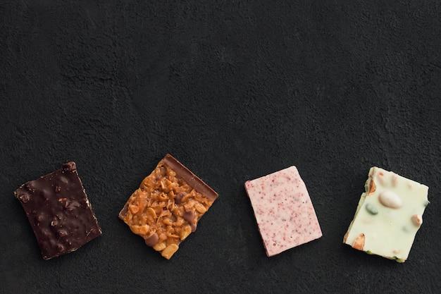 Assiettes au chocolat vue plate lapointe sur fond sombre