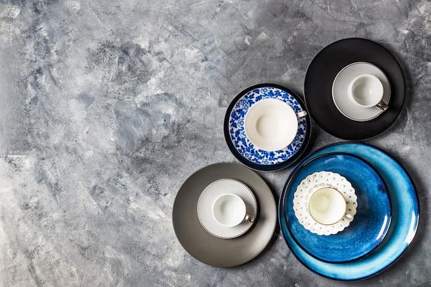 Assiettes bleues vides sur fond gris