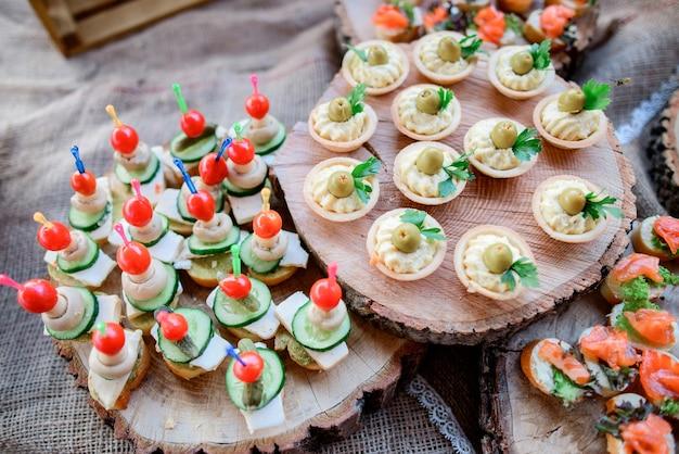 Assiettes en bois servies avec des collations de légumes et de fromage