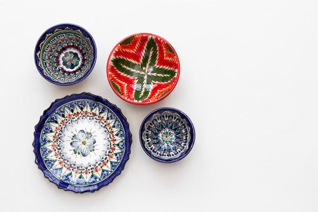 Assiettes et bols en céramique colorée est avec mur lumineux motif national