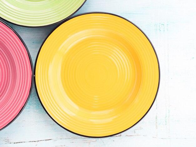 Assiettes en céramique de couleur pastel vue du dessus