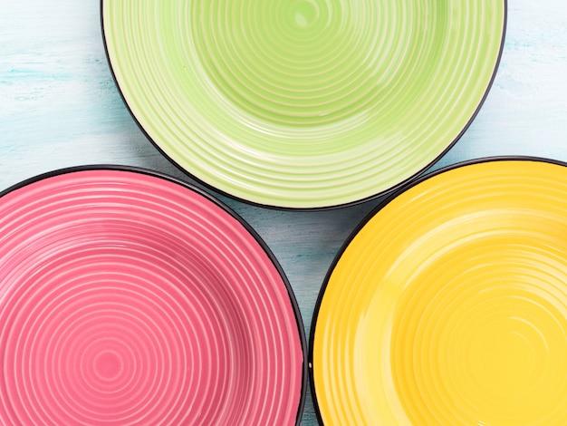 Assiettes en céramique de couleur pastel